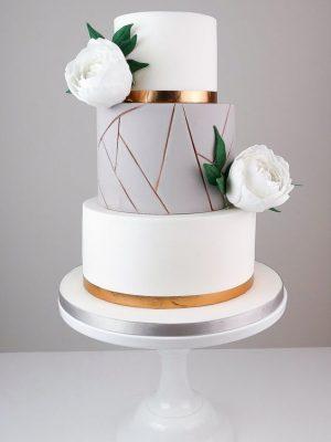 Cukraus masės trijų aukštų vestuvinis tortas