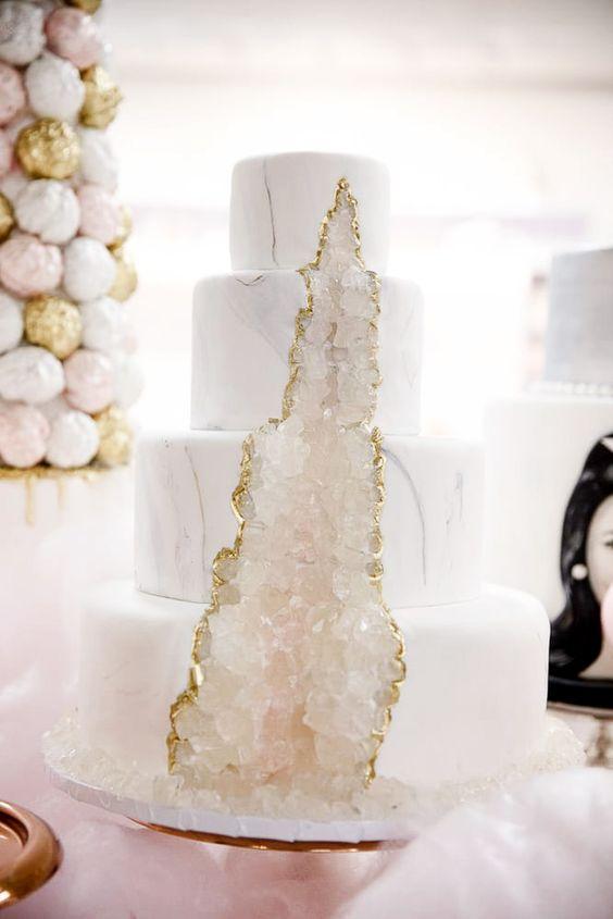 Kristalais puoštas vestuvinis tortas