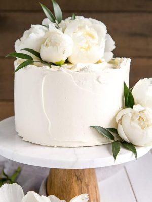 baltas su gėlėmis vestuvinis tortas