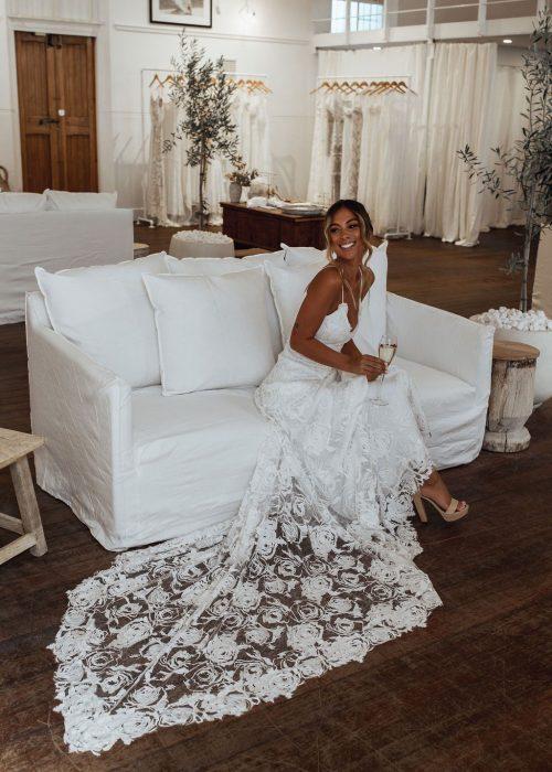 Vestuvinės suknelės 2021-siems. Nėriniais padabinta suknėlė madinga 2021 metais.